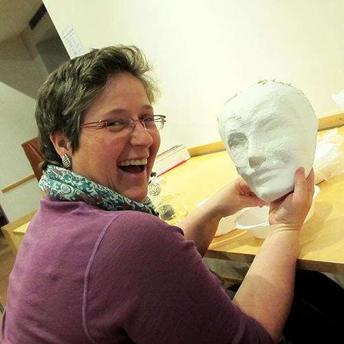 Eine Maskenbildnerin